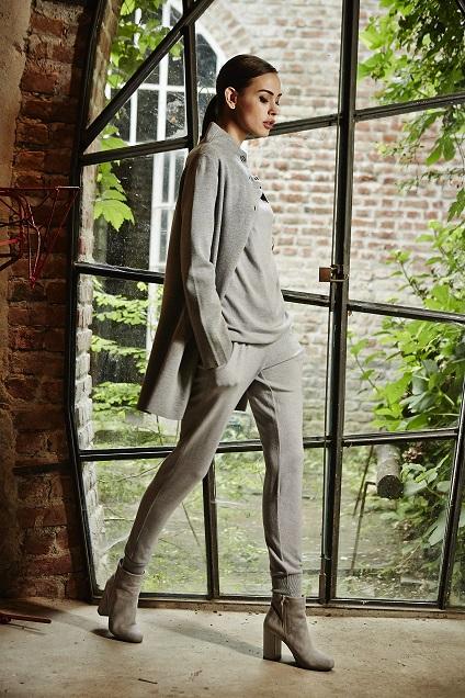La modella indossa il pullover con scollo morbido con giacca lunga in  merinos punto stoffa su 73b0932fc82